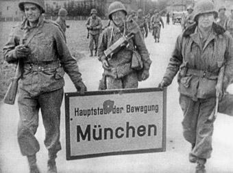 Amerikanische GIs entfernen kurz nach ihrem Einmarsch 1945 alle sichtbaren Symbole des NS-Regimes in München.